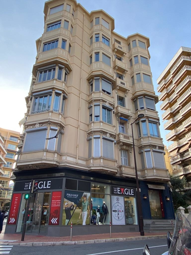Close to Carré d'Or / Shop with large display windows - Commercial leasehold