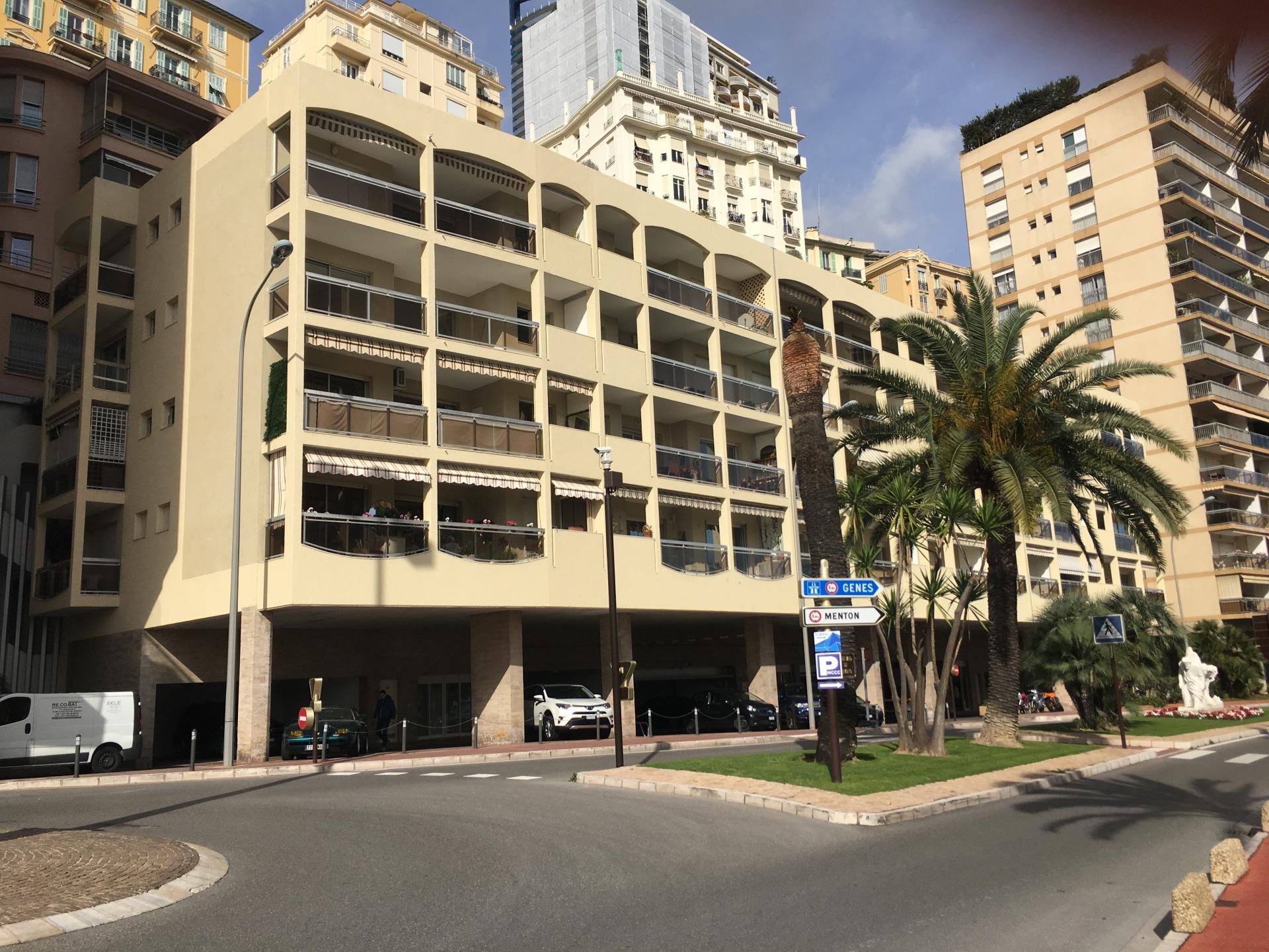 APPARTEMENT 3 PIECES A REFAIRE  DANS LE QUARTIER DES PLAGES AVEC PARKING ET CAVE - Bureaux à vendre à Monaco