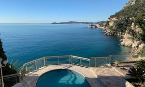 WATER'S EDGE, IN A PRIVATE DOMAIN, 10 MINUTES FROM MONACO